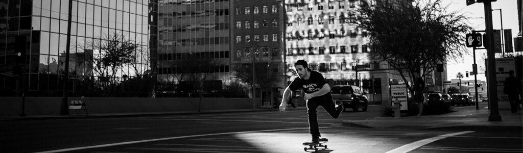 desplazamiento sostenible en skateboard