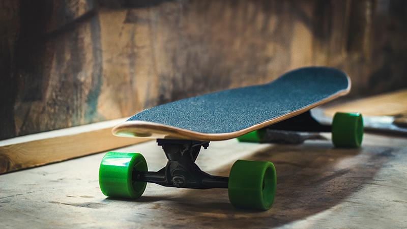 Skateboard cruiser con ruedas blandas y ejes invertidos